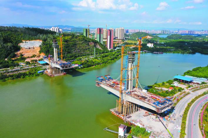赣深高铁东江特大桥建设中。     惠州日报记者周楠 摄
