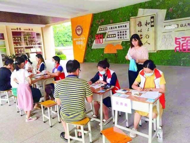 市中洲实验小学暑期托管报名现场。